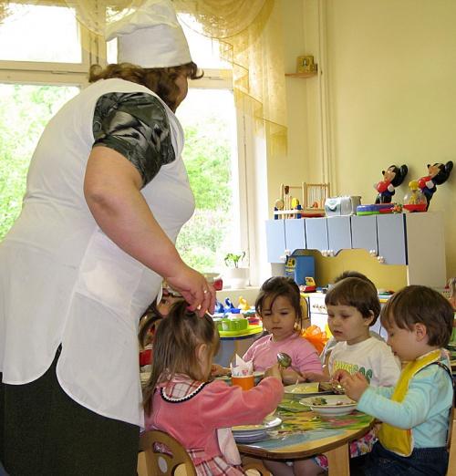 Беременная работает в детском саду